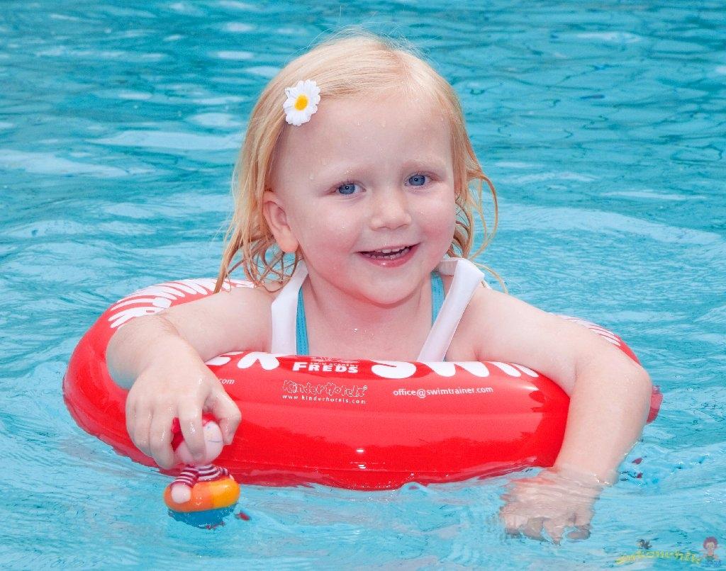 Ребенок плавает в круге фото